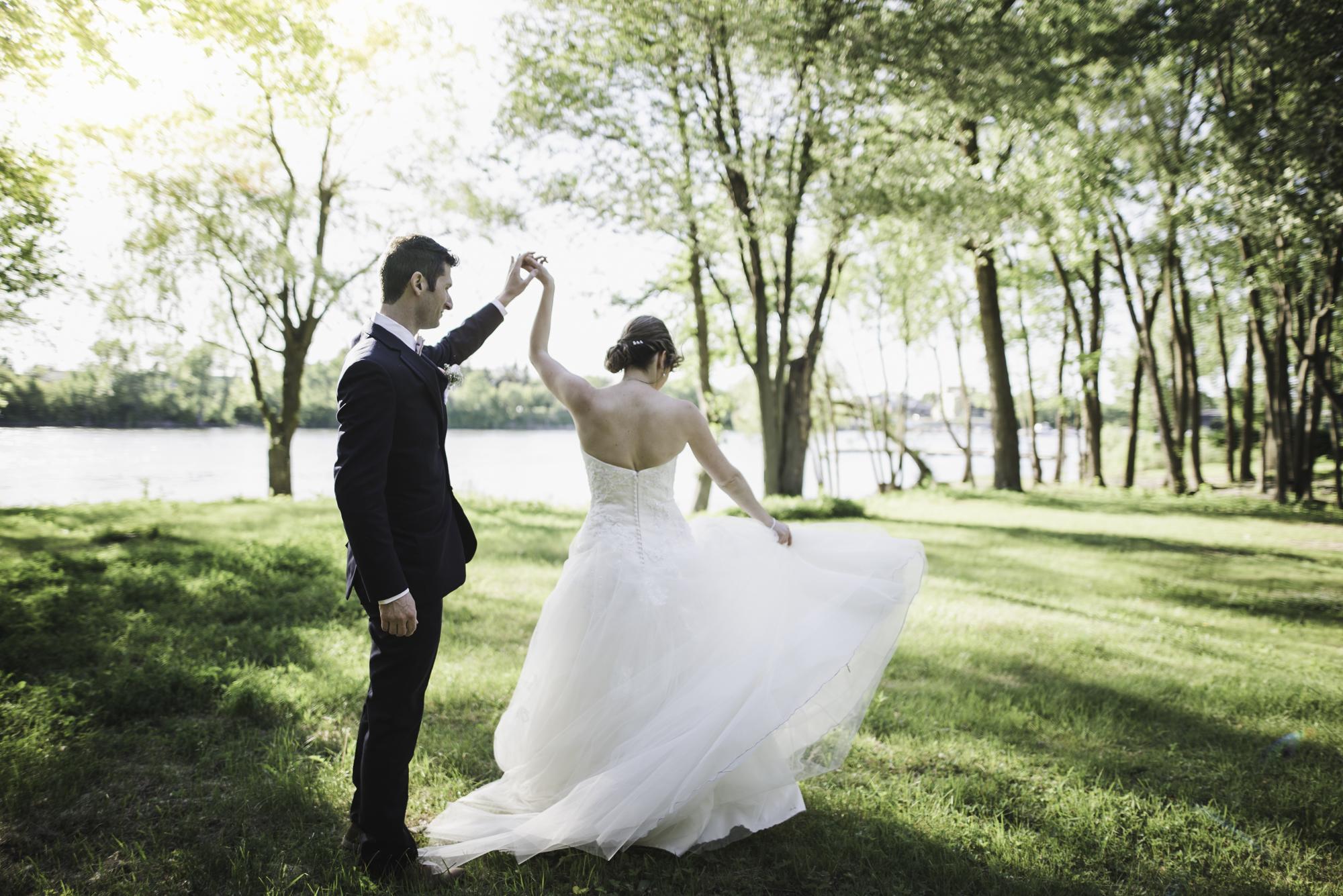 la mariés joue avec sa robe au Manoir Rouville Campbell